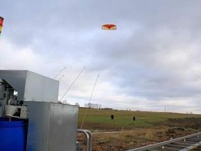 Pipas movimentam gerador eólico sobre trilhos